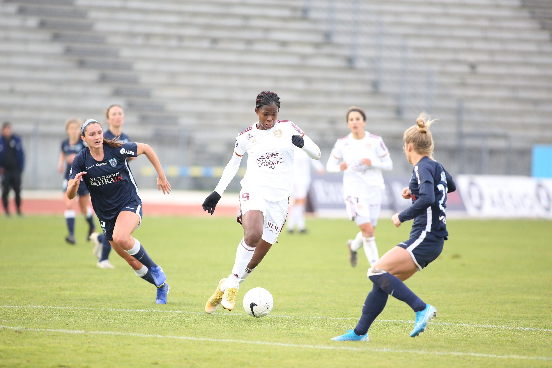 La Bordelaise Khadija Shaw ballon au pied face aux joueuses du Paris FC (Photo Gaëtan BARBAT / FFF).